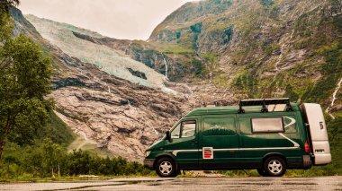 Camper Van ve Boyabreen Glacier Norveç