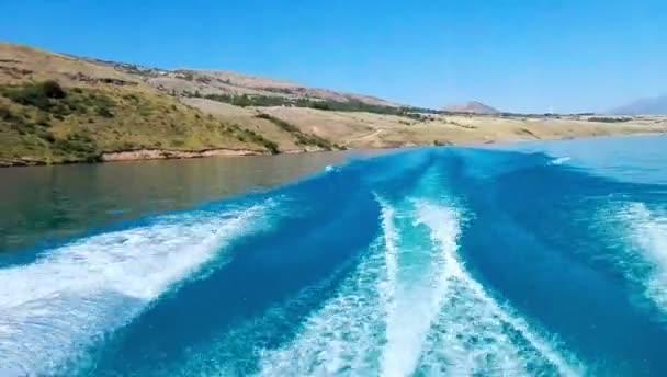 Nejrychlejší motorový člun opouští nádhernou stopu na vodě. Lze použít také svatební videa a prezentací také. Také dobré zázemí pro scénu a názvy, loga.