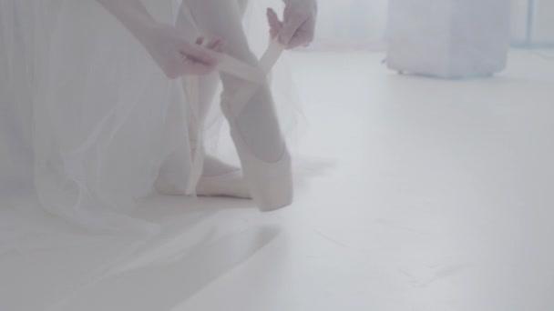 Beine der Ballerina in Ballettschuhen
