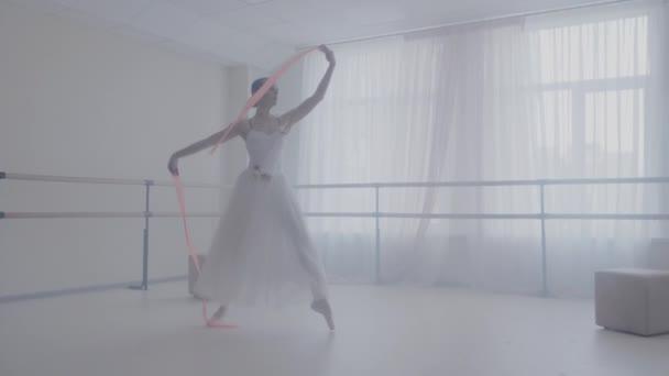 Tanečnice tančí s rose band ve studiu