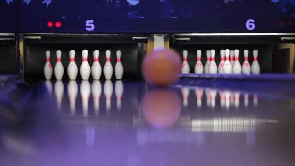 Hra bowling v klubu