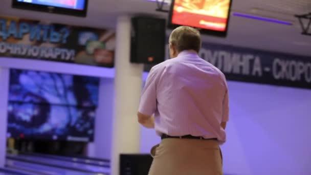 Starší pár hraje bowling