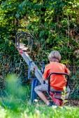 Chlapec sám hrát na see pila na hřišti