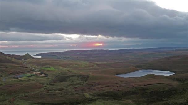 Filmový letu nad Quiraing během východu slunce na východní straně Meall na Suiramach, Isle of Skye, Highland, Skotsko, Velká Británie