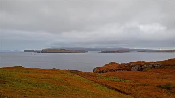 Krásné pobřeží u fiscavaig na podzim na Isle of Skye, Skotsko