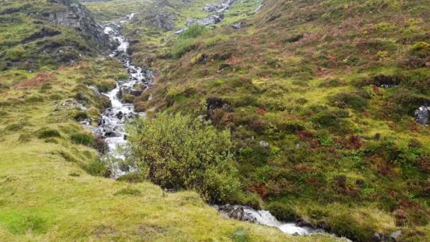 Vodopád v Quiraing mountain pass road - Isle of Skye, Skotsko