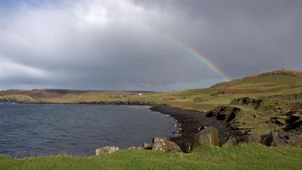 Arcobaleno sulla baia di Duntulm castle sullisola di Skye - Scozia