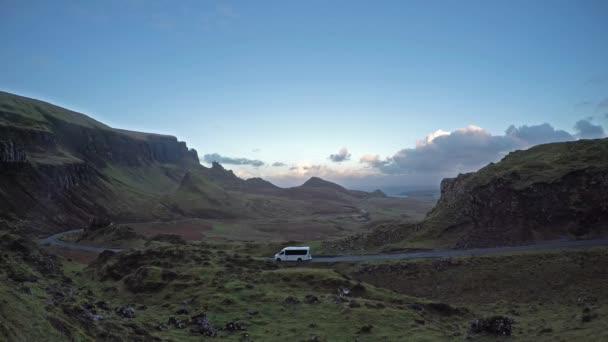 Trenér, procházející Quiraing na ostrově Skye ve Skotsku