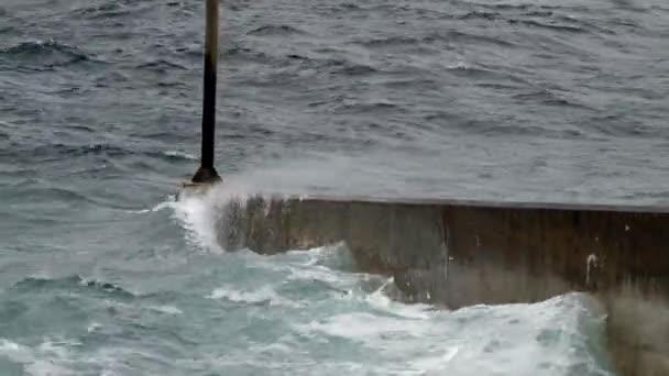 Atlantský oceán, šplouchání vln pier