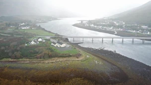 Letecký pohled na Dornie blízko historické Eilean Donan Castle v dešti, Skotsko