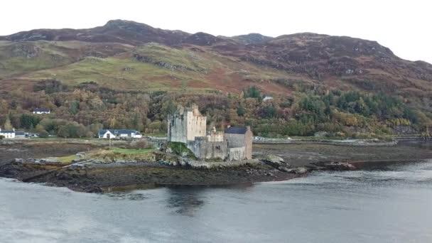 Vista aerea dello storico castello Eilean Donan di Dornie, Scozia