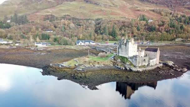 Vista aerea dello storico castello Eilean Donan di Dornie in autunno, Scozia