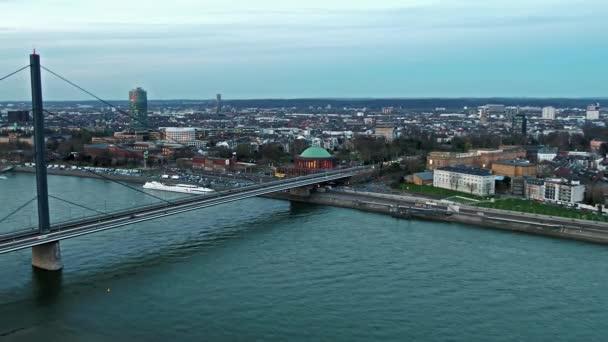 Luftaufnahme der Stadt Düsseldorf mit der Überquerung von Joseph-beuys-ufer und Oberkasseler Brücke - alle Marken und Logos entfernt
