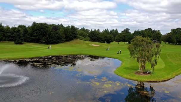 Pohled na golfové hřiště-vozíky s míčem