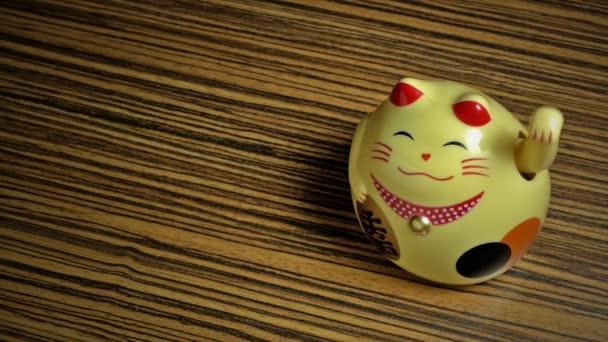 Lucky asijské kočka na dřevěném pozadí