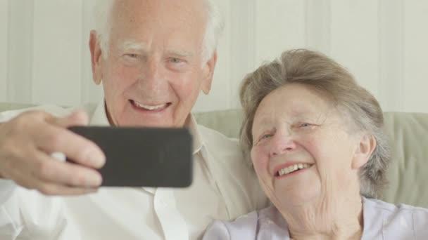 Glückliches Senioren-Paar macht Selfies auf dem Smartphone