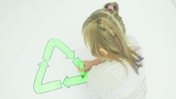 pré adolescente caucasiano colorindo uma imagem símbolo reciclagem