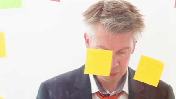 Kreativní obchodník diskuzí uvedení příspěvek upozorňuje na okna proti jednobarevnému pozadí