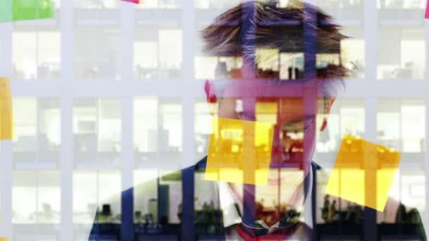 Odraz kreativní podnikatel diskuzí uvedení post, který upozorňuje na okno v noci moderní kanceláře za