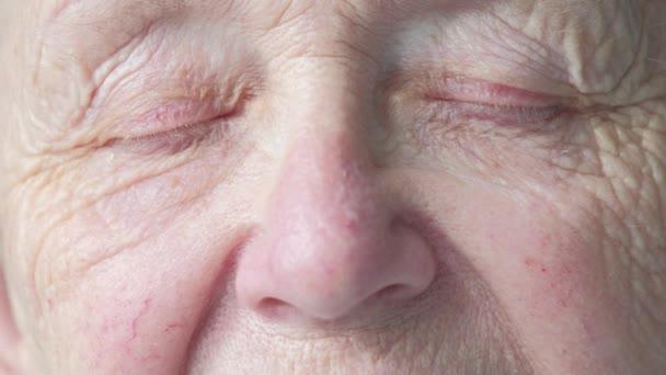 portrét starší kavkazské ženy otevřela oči