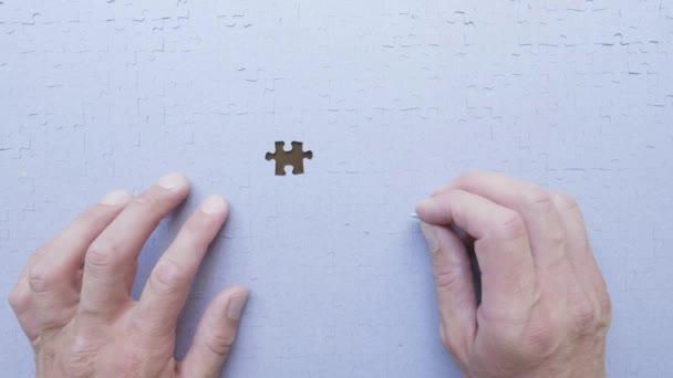 Osobní perspektivy člověka uvedení poslední kousek skládačky na místo