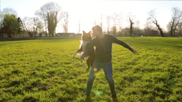 Junger Mann mit seinem reinrassige Border-Collie Hund draußen spielen springen zusammen Spaß über grüne Feld Hintergrund. Master-Ausbildung sein Haustier, lustiges Erholung Momente, Freundschaft-Konzept.
