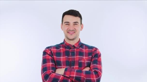 Magabiztos izgatott fiatal férfi mutató remek gesztus izolált fehér háttér. Alkalmi elégedett fickó ad, mint a pozitív visszajelzés, mint az ügyfél elégedett.