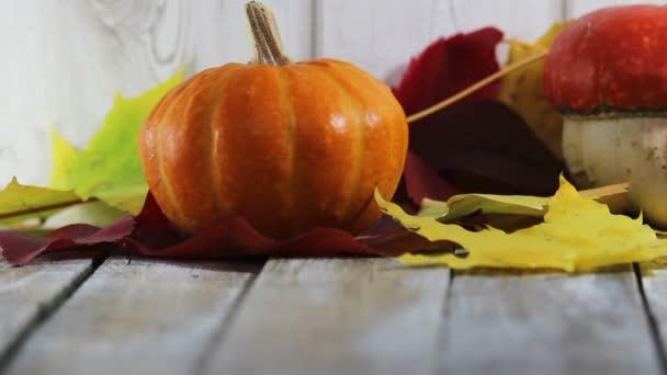 Dýně s listím na dřevěný stůl