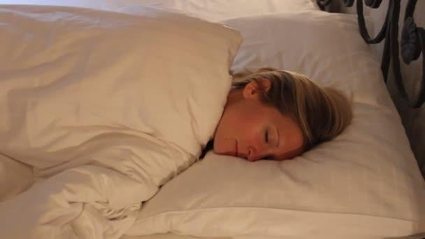 Junge Frau schlafen im Bett, gut träumen