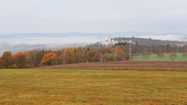 Podzimní český krajina kolem zámku Hluboká nad Vltavou