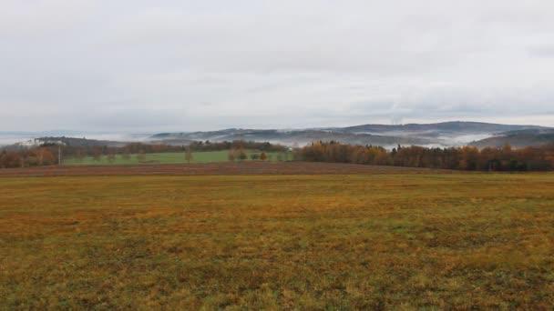 Podzimní český krajina s hradem Hluboká nad Vltavou