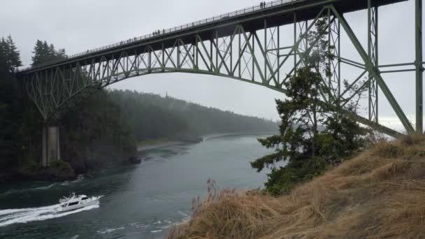 Ultra vysoké rozlišení 4k filmu Deception Pass Bridge přes průliv oddělující Whidbey Island z ostrova Fidalgo ve Washingtonu. Průliv spojuje Skagit Bay, součástí Puget Sound, s úžina Juana de Fucy