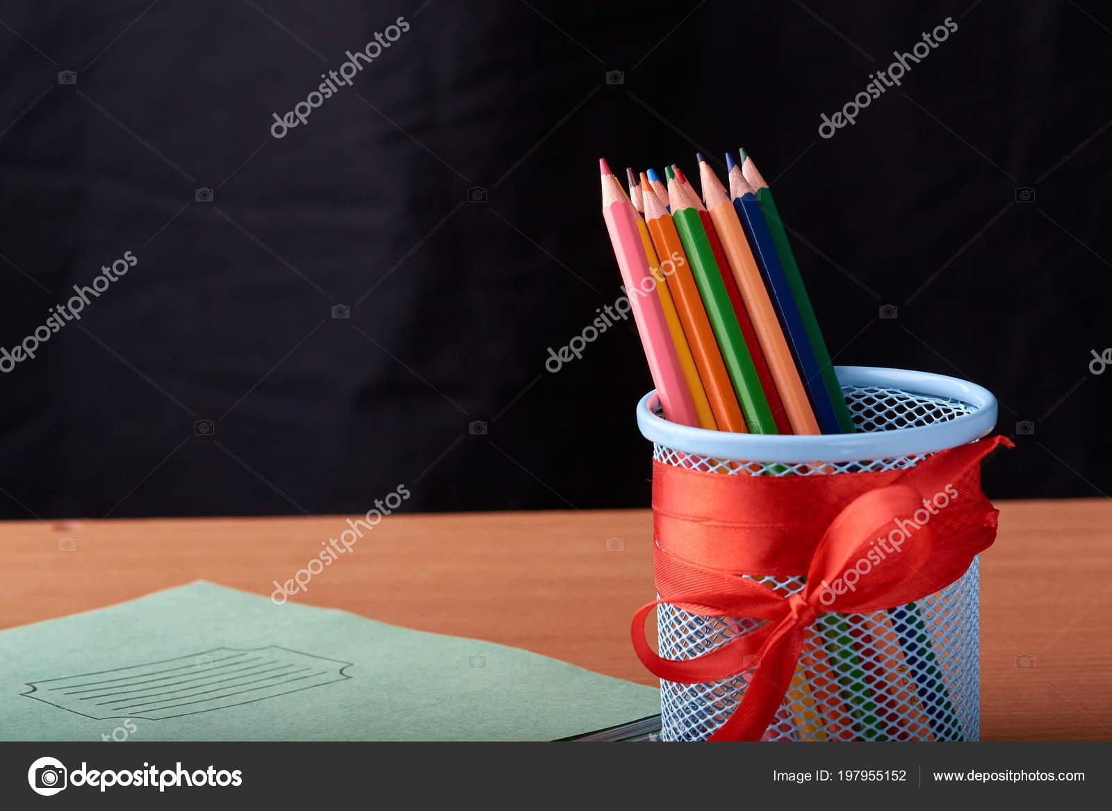 Fournitures scolaires bureau sur table salle classe avec gros