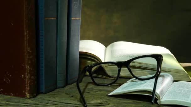 Nyissa meg a Biblia szemüveg a régi asztal. Nagyítás.