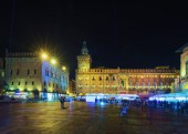 Photo People at Palazzo d Accursio on Piazza Maggiore Square in Bologna, Emilia-Romagna, Italy. Late in the evening