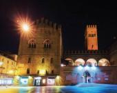 Photo People at Palazzo Re Enzo on Piazza del Nettuno Square in Bologna, Emilia-Romagna, Italy. Late in the evening