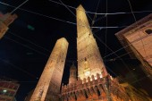 Photo Two towers at Piazza di Porta Ravegnana in Bologna, Emilia-Romagna, Italy. Late at night