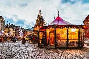 """Картина, постер, плакат, фотообои """"яркий павильон на домской площади на рождественской ярмарке зимой рига в латвии ."""", артикул 225919404"""