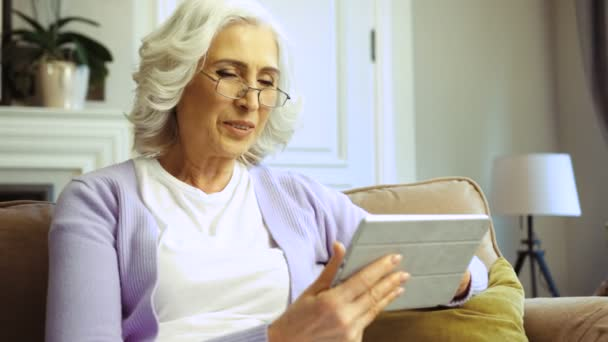 6c635ef0ae Side Portrait View Beatiful Old Woman Glasses Using Tablet Surfing — Stock  Video