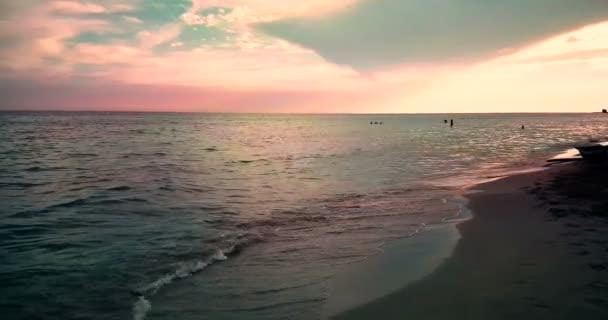 moře tropické karibské pláže se zlatým pískem při západu slunce, barevné oblohy s pomalým moře hnutí, dovolená, relax a cestování