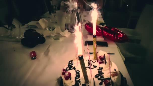 égő csillagszóró egy születésnapi torta, és boldog születésnapot írt. Boldog születésnapot csillagszóró égő, mint a tűzijáték, boldog születésnapot