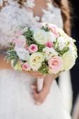 közeli kép a menyasszony kezében, elegáns csokor esküvői
