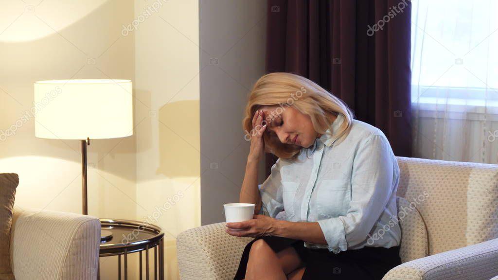 регулярно метрдотель немного поизвращался над уставшей девушкой девчушку машу