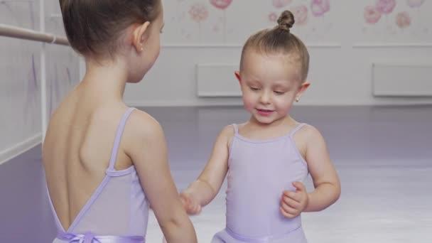 Rozkošný malý baletky, který se baví na baletní škole