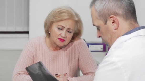 Seniorin erhält schlechte Nachricht bei Arzttermin