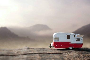 Minyatür karavan römork dağlık kırsal manzaralı
