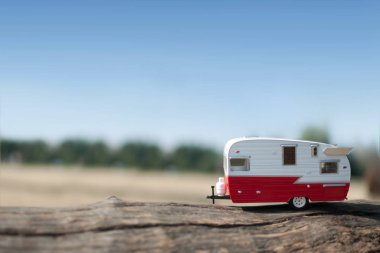 Camper van kırsal manzarasına sahip