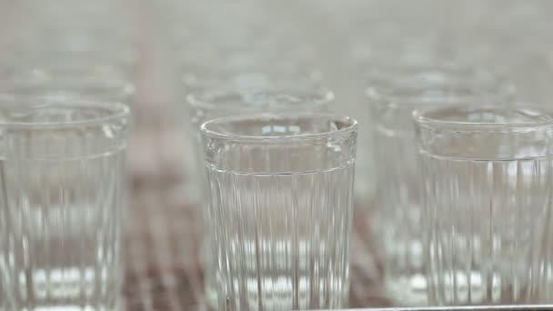 Výroba Broušené sklenice. / Cups pohybovat podél dopravníku.