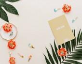 Fotografia Composizione in estate Appartamento laici. Concept creativo foglie tropicali e scheda dellinvito. Vista dallalto, lo spazio della copia