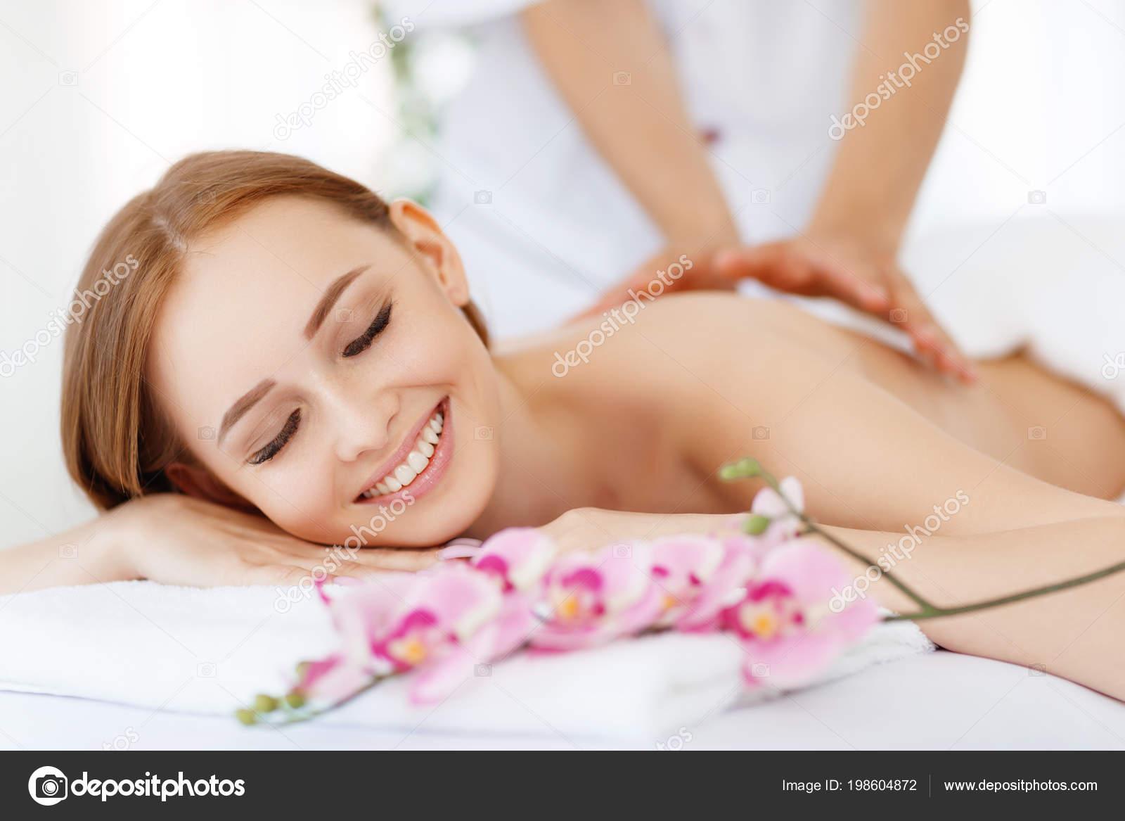 Девушка модель массаж сексуальный массаж для сисек